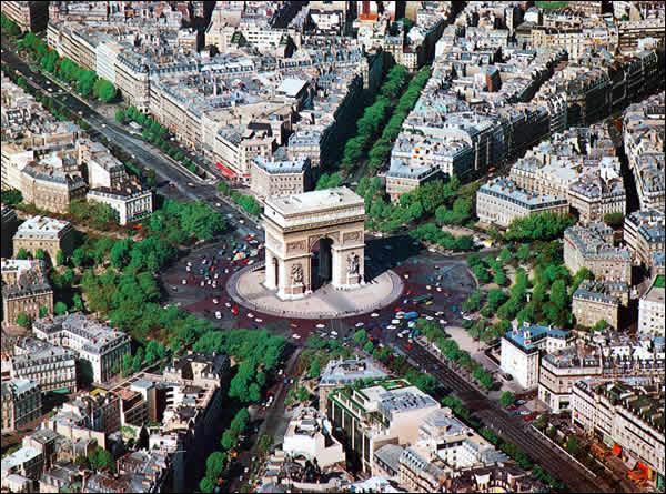 En quelle année la dernière pierre de l'Arc de triomphe de l'Etoile a t-elle été posée ?