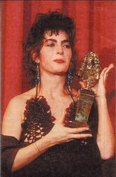 Emmanuelle Laborit, comédienne, sourde de naissance, ayant reçu le Molière de la révélation théâtrale en 1993, est l'auteur d'un roman autobiographique intitulé :