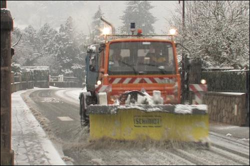 En voiture, il est interdit de doubler un chasse-neige en action.