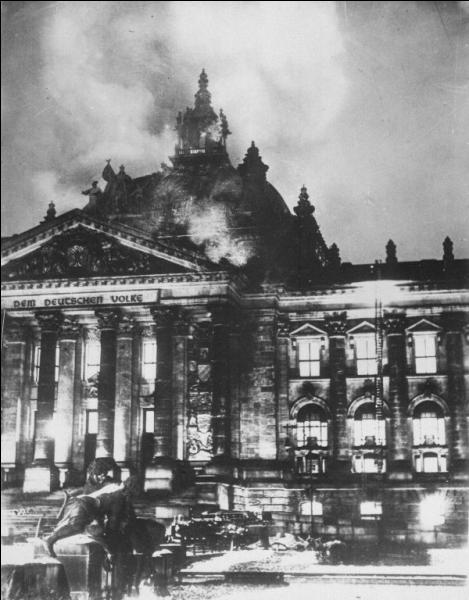 Qu'interdisent les nazis en 1933 ?