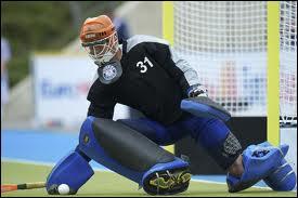 Au hockey sur gazon, le gardien peut toucher la balle avec...