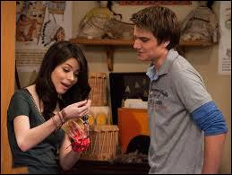 Qu'a dit le petit copain de Carly et Tori en leur remettant un présent ?