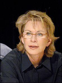 Ce n'est pas Kay Scarpetta, son personnage récurrent, qui est au centre de  L'Ile des chiens , roman policier sorti en 2001, mais Judy Hammer et Andy Brazil, héros d'une autre de ses séries policières. Quel est le nom de cette écrivaine américaine ? ?