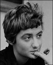 Bonjour tristesse  était son premier roman, paru en 1954. Elle a publié  Le chien couchant  en 1980. Qui est-elle ?