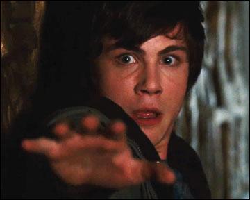 Percy Jackson est un adolescent ordinaire en dehors du fait qu'il soit dyslexique et hyperactif. Enfin c'est ce qu'il pensait, il est en réalité :