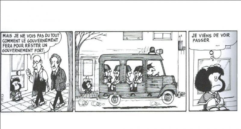 Toute petite qu'elle est, Mafalda apprend à interpréter la réalité et réfléchit. Justement, que pense-t-elle en voyant passer le car de police et après avoir entendu la conversation des deux passants ?