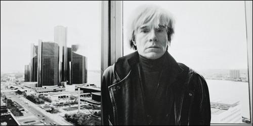 Qu'intègre Andy Warhol dans ses tableaux ?