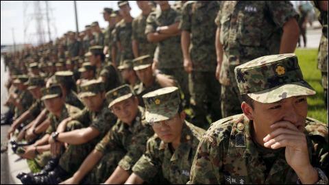 Le Japon compte 130 millions d'habitants. Combien son armée compte t-elle de militaires ?