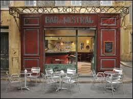 Combien de personnages travaillent dans le bar du Mistral ?