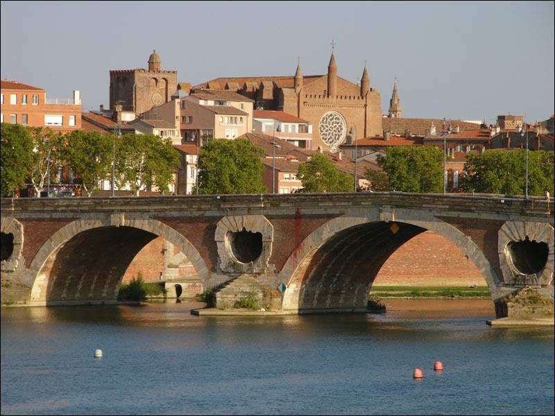 Dans une des chansons de Joe Dassin, quel est le prénom de celle qui  s'est jetée du pont de la Garonne  ?