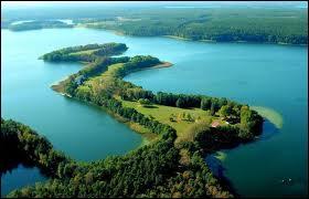 Le nord-est de la Pologne est couvert de forêts et de lacs. Une région en particulier en compte des milliers, qui forment des paysages splendides, ce sont les lacs de :