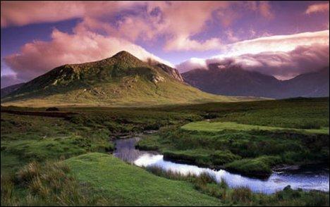 Dans quel pays se situe le Connemara, au littoral accidenté, creusé de baies profondes et dominé par des montagnes ?