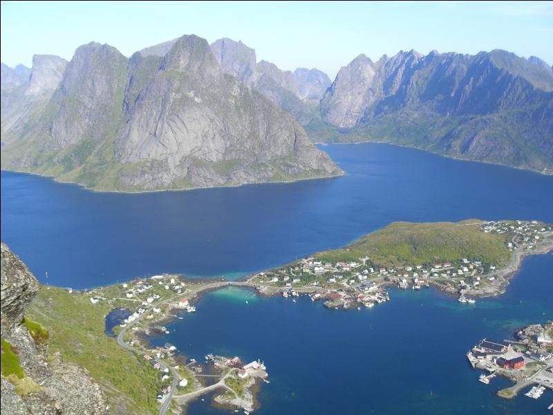 Bien que situées au-delà du cercle polaire, les îles Lofoten possèdent une flore très riche et abritent de nombreuses espèces d'oiseaux. Où se situent-elles ?