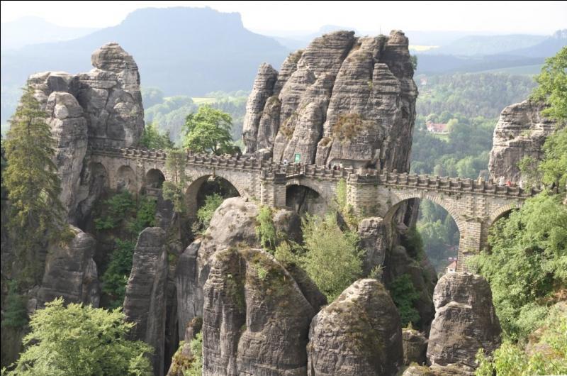 Dans quel pays se situe le Parc National de la Suisse Saxonne constitué de crêtes montagneuses, de forêts profondes et de petits lacs ?
