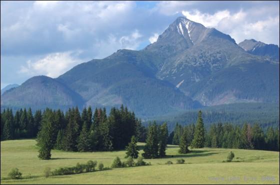 Où se situe le Parc National des Hautes Tatras, chaîne de montagnes au paysage sauvage abritant ours, loups et lynx, où culminent les plus hauts sommets des Carpates occidentales ?