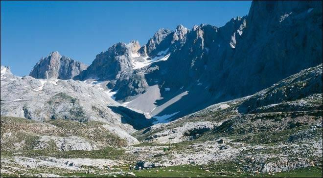 Où se situe le Parc National des Pics d'Europe, massif le plus élevé de la cordillère cantabrique ?