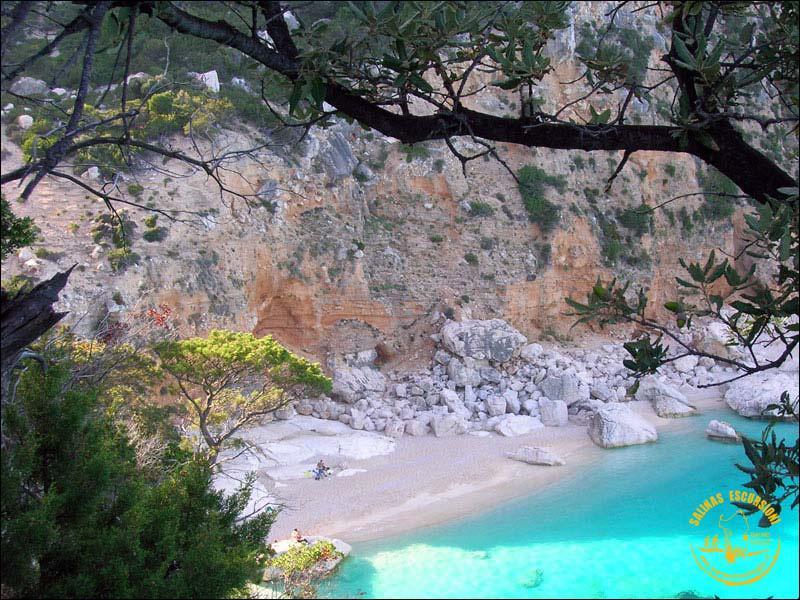 Dans quelle île italienne se trouve la Barbagia, formée de maquis, de moyenne montagne et de plages de sable fin ?
