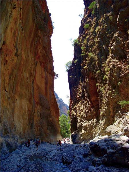 Elles ressemblent à un canyon étroit et profond, creusant les montagnes de Lefka Ori, ce sont les gorges de Samaria, situées en :