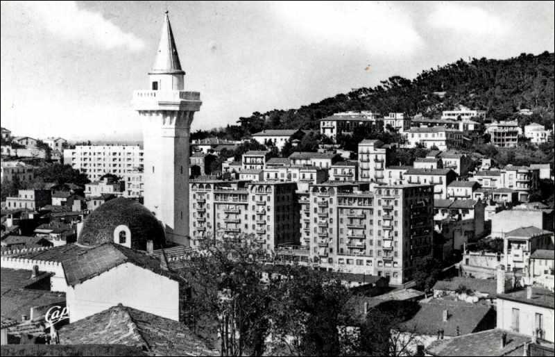 Quelle ville fut-elle l'objet de massacres perpétrés par les français et par les algériens le 20 août 1955 ?