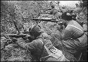 Fin 1950 les communistes reprennent l'offensive et les troupes de l'ONU doivent se replier. Les Nord-Coréens reprennent Séoul. Le président Truman remplace alors en avril 1951 son général en chef. Pourquoi ?