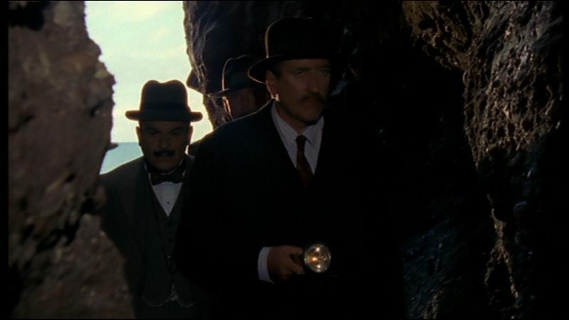 Que découvrent Poirot et ses compagnons dans la grotte ?