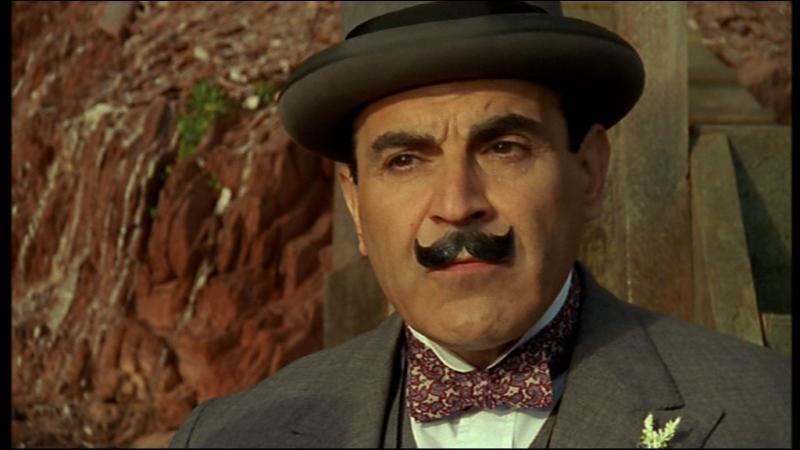 Qui mène l'enquête aux côtés de Poirot ?