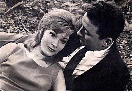 Quel chanteur, auteur et compositeur de la célèbre chanson  L'eau vive , interprète les chansons du film  Pierrot la tendresse , sorti en 1960 ?