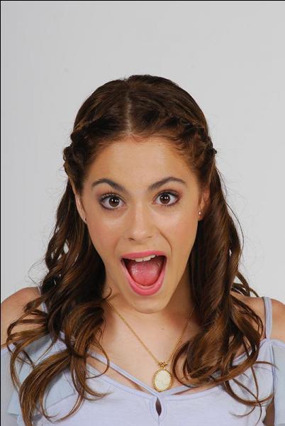 Quand Tomas passe l'audition, que porte Violetta dans ses bras ?