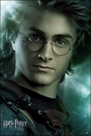 Dans le film, tout le monde sauf Neville est contre Harry lorsqu'on croit qu'il a triché pour mettre son nom dans la coupe de feu. Dans le livre ...