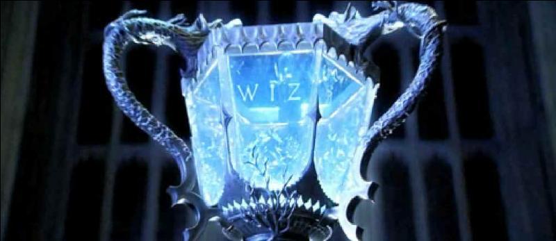 Quel personnage du ministère qui n'apparaît pas dans le film fait partie du jury du tournoi des trois sorciers dans le livre ?