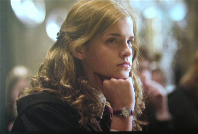 Dans le quatrième livre, Hermione devient plus belle pour une raison que l'on ne montre pas dans le film. Laquelle ?