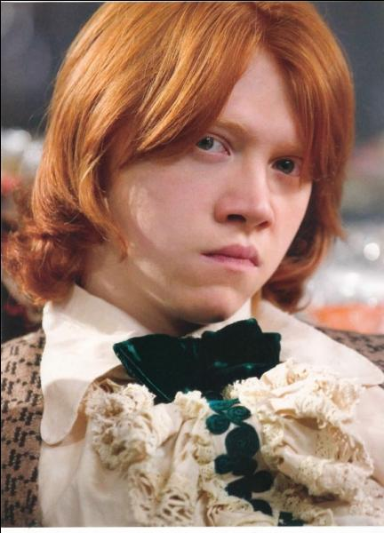 Dans le film, Ron demande à Hermione d'aller au bal de Noël avec elle en dernier recours pendant les heures de travail. Dans le livre, il lui demande ...