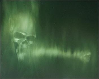 Dans le film, la marque des ténèbres est lancée par quelqu'un présent sur les ruines du camping. Dans le livre, cette mystérieuse personne lance le sortilège ...