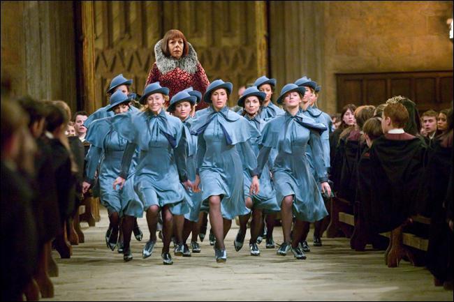 Dans le film, Beauxbâtons et Durmstrang arrivent le jour de la rentrée, mais dans le livre ils se rendent à Poudlard ...