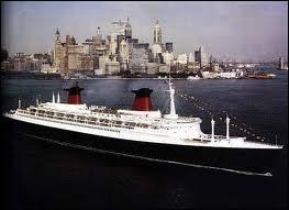 ''Quand je pense à la vieille anglaise / Qu'on appelait le ''Queen Mary'' / Échouée si loin de ses falaises / Sur un quai... ''