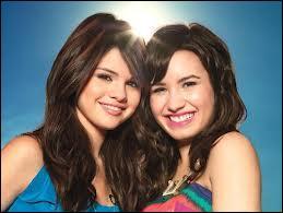 Quelle a été sa première série au côté de Demi Lovato ?