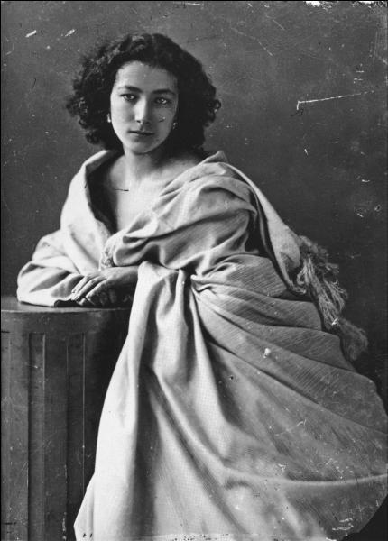 Qui est cette femme, tragédienne fabuleuse, qui, alors qu'elle triomphait à l'Odéon dans Phèdre, entretenait des relations  tarifées  avec Gambetta ou le général Boulanger ?