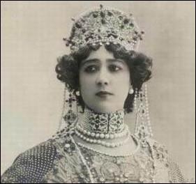 Elle fut l'amie de Colette et l'amante d'Édouard VII, de Léopold II de Belgique, du Duc de Westminster, du grand-duc Nicolas de Russie, de Gabriele d'Annunzio, d'Aristide Briand. Cette superbe danseuse (1868-1965) fut l'une des premières à être filmée. Qui est-ce ?