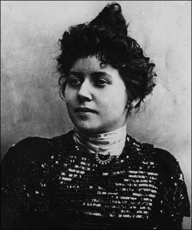 Sa compagnie est recherchée par les artistes à la mode et son salon est fréquenté par Gounod, Lesseps, Massenet, Coppée, Zola et Loti. Elle fut connue notamment pour avoir provoqué, malgré elle, la mort du président Félix Faure. Qui est-ce ?
