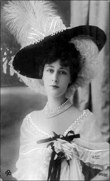 Elle fut connue notamment pour être danseuse aux Folies-Bergères. Qui est cette courtisane superbe (1869-1950) au prénom  souple  ?