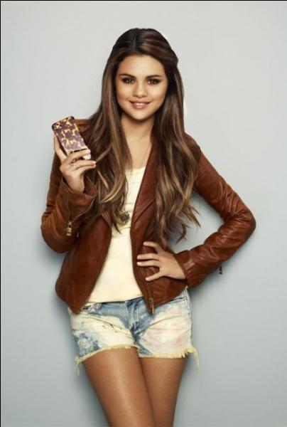 Pour quelle célèbre marque Selena a-t-elle créé des vêtements ? (aucun rapport avec la photo)