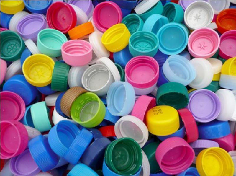 Doit-on ôter les bouchons des bouteilles en plastique avec de les jeter ?
