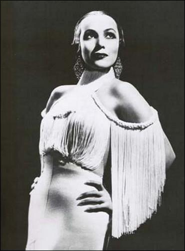 Quelle actrice, qui interprète une danseuse mexicaine, est l'héroïne du film  À Caliente  ?