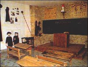 Où était placé le bureau de l'enseignant, à cette époque ?