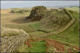 En l'an 122 l'empereur Hadrien fait construire un rempart continu de 122 km en pierre qui va de la mer du Nord à la mer d'Irlande pour protéger le nord de la province romaine de l'île de Bretagne. De quelles peuplades les romains veulent-ils se protéger ?