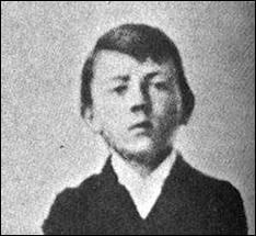 Laquelle de ces affirmations concernant le jeune Adolf Hitler est erronée ?