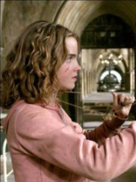 Quel objet le professeur McGonagall donne-t-elle à Hermione, pour qu'elle puisse suivre toutes ses options ? (Film 3)