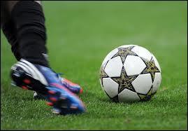 Installons-nous maintenant devant un match de football. Un joueur vous exaspère : il marche sur le terrain, il ne fait rien. Que pouvez-vous alors lui crier ?