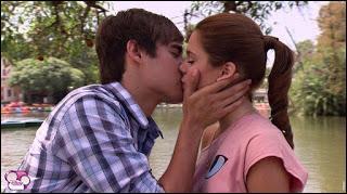Avec qui Violetta échange-t-elle son premier baiser ?