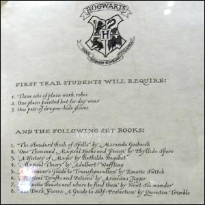 D'après la liste de fournitures envoyée par le collège, quel objet Harry n'a-t-il pas le droit de posséder (comme tous les élèves de première année) ?